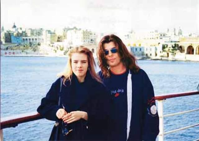 Елена Белоусова, вдова певца Жени Белоусова. Модель Елена Савина была гражданской женой певца Жени Белоусова. Она прожила с ним 3,5 года вплоть до его смерти от инсульта.