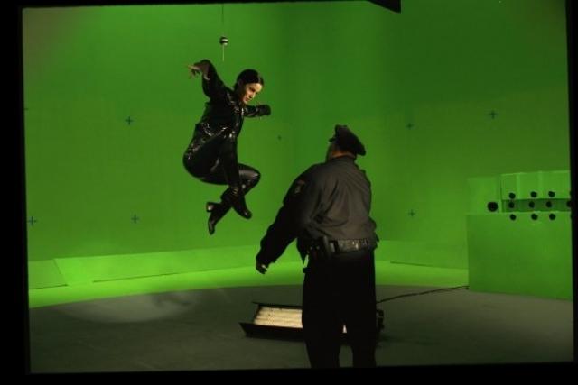 Таким образом снимали и сцены с Тринити, зависавшей в воздухе перед полицией…