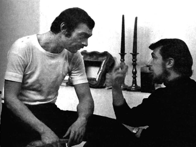 Кто-то привел Регину в его мастерскую. Днем Лев работал, а по вечерам его апартаменты превращались в богемный салон. Они сразу понравились друг другу и скоро поженились.