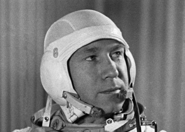 """Алексей Леонов. Посвятил всю свою жизнь космонавтике. Свой первый полет совершил 18-19 марта 1965 года совместно с Павлом Беляевым в качестве второго пилота на космическом корабле """"Восход-2""""."""