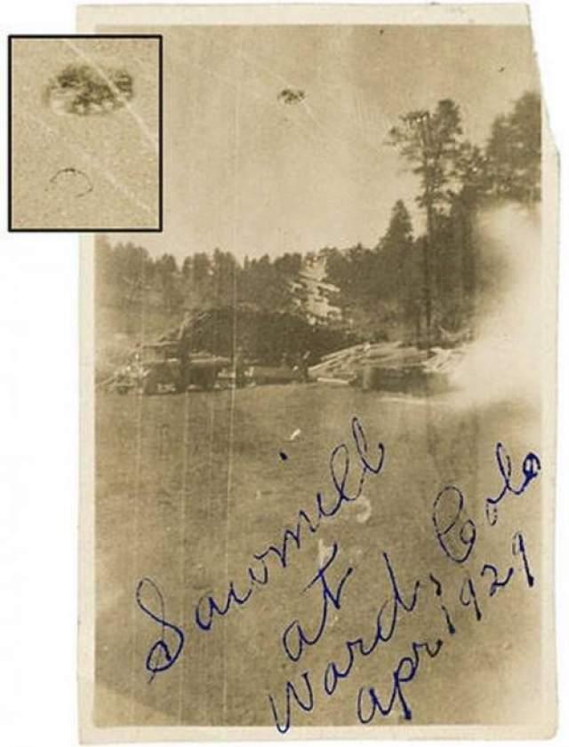 """Пилорама Уорд в Колорадо, США, апрель 1929-го года Фотография сделана на пилораме Уорд. Человек на снимке умер несколько лет спустя. Он рассказывал, что услышал """"страшный оглушительный рев"""", а затем большой объект недалеко от него поднялся в небо и улетел."""