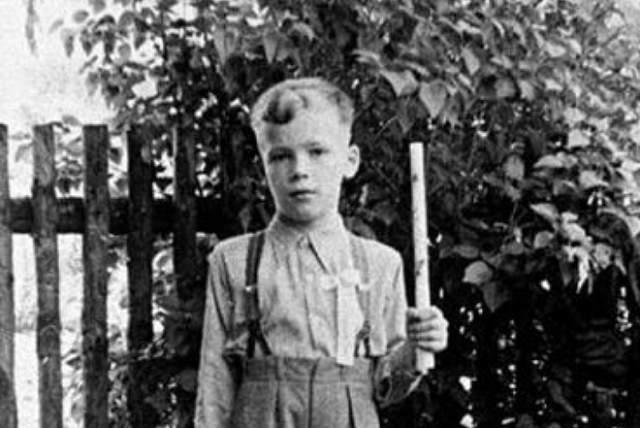 """Арнольд Шварценеггер, 70 лет. Мальчика недолюбливал отец и всячески понукал его. За какую-то из оплошностей Арнольда он назвал его """"Золушкой"""", и об этом каким-то образом узнали в школе."""