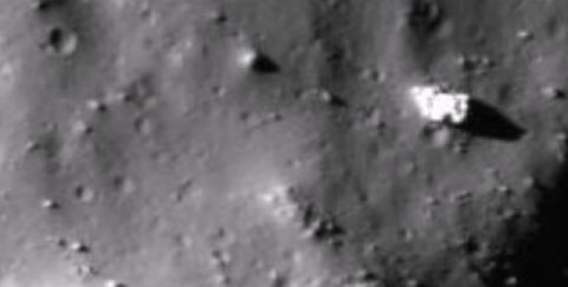 """А популярный американский уфолог под ником Streetcap1 нашел """"базу инопланетян"""" на снимках обратной стороны Луны, сделанных зондом Lunar Reconnaissance Orbiter."""