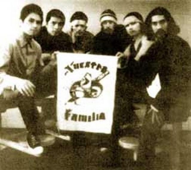 """La Nuestra Familia - """"наша Семья"""". Хотя банда состоит прежде всего из мексикано-американцев, членство в ней иногда получают и другие латиноамериканцы, равно как и не-латиноамериканцы."""