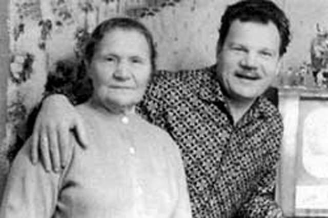 Михаил Пуговкин с мамой.