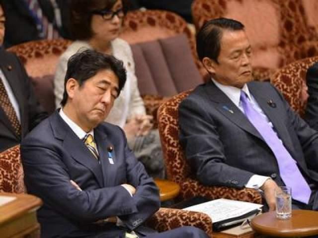 А это премьер-министр Японии Шинзо Абе и министр финансов Японии Таро Асо. Они устроили совместный тихий час во время заседания бюджетного комитета в Токио, в феврале 2013 года.