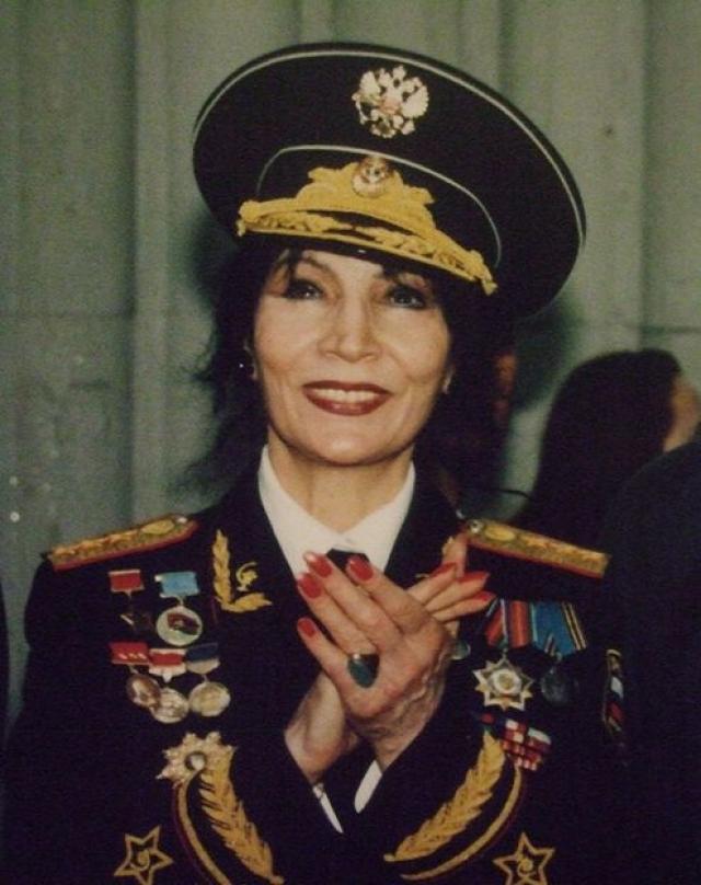 Впрочем, руководство страны верило в дар целительницы - Джуна даже умудрилась получить звание генерал-полковника медицины.