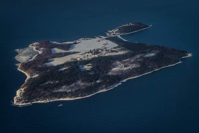Минус лишь в том, что тюрьма находится на острове. Иными словами, весь остров площадью 2,6 кв. км - и есть тюрьма.