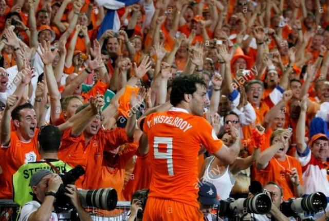 Ван Нистелрой решил просто вскарабкаться на ограждение по периметру стадиона, чтобы отпраздновать гол с болельщиками.