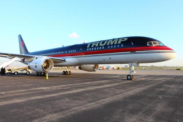 """Дональд Трамп. Миллиардер потратил более $100 млн. на частный самолет, который отделан золотом изнутри. Трамп купил этот самолет у со-основателя """"Microsoft"""" по имени Пол Аллен, а затем обустроил его согласно своему вкусу."""