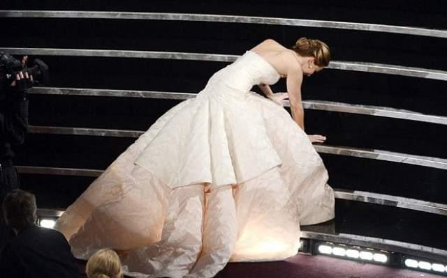 """Дженнифер Лоуренс , пожалуй, чемпионка по падениям на красных ковровых дорожках. Впервые молодая актриса рухнула на церемонии """"Оскар"""" в 2013 году, когда поднимаясь на сцену за заветной статуэткой."""