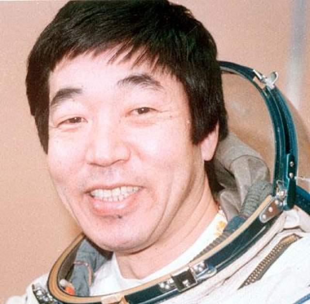 """Первый коммерческий негосударственный космонавт, первый профессиональный журналист в космосе, первый японец в космосе - Тоехиро Акияма, 2 декабря 1990 года. Мужчина летал в качестве космонавта-исследователя (космическим туризмом такой полет не считается) в составе экипажа восьмой основной экспедиции орбитальной станции """"Мир"""". По слухам, первый платный полет в космос обошелся начальству Акиямы в $25-30 млн."""