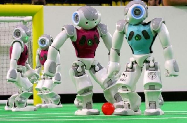 20. Роботы-футболисты. Подобные роботы создаются отнюдь не для развлечения. Футбол роботов - сочетание сноровки и искусственного интеллекта. Куда бежать и где мяч - до всего этого роботы доходят своими мозгами, вернее, программой, которую заложили в них специалисты.