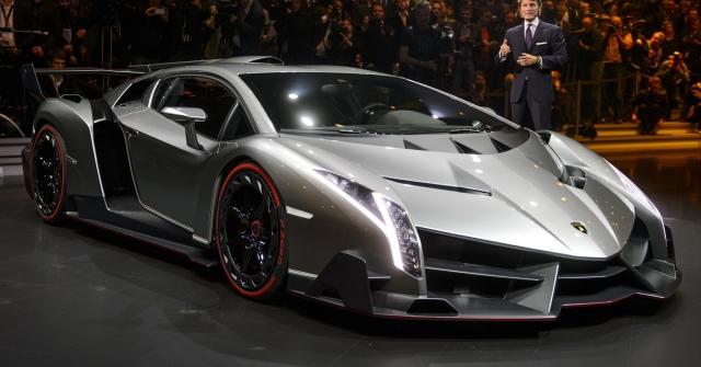 Lamborghini Veneno - $4 500 000. Авто имеет двенадцатициллиндровый двигатель объемом 6,5 литров, мощностью 750 лошадиных сил. Максимальная скорость, с которой способен двигаться автомобиль, составляет 355 километров в час, разгон до ста километров в час занимает 2,8 секунды.