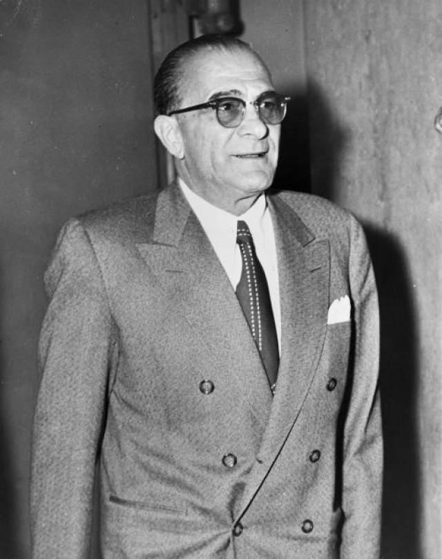 Дженовезе родился в Италии и переехал в Нью-Йорк в 1913 году. Быстро влившись в криминальные круги, Дженовезе вскоре познакомился со Счастливчиков Лучиано, и вместе они уничтожили соперника, гангстера Сальваторе Маранциано. Убегая от полиции, Дженовезе вернулся в родную Италию, где оставался до конца Второй мировой, подружившись с самим Бенито Муссолини. По возвращении он сразу стал вести старый образ жизни, захватив власть в мире криминала и снова став человеком, которого все боялись. в 1959 году его обвинили в торговле наркотиками и посадили в тюрьму на 15 лет. В 1969 году Дженовезе умер от инфаркта в возрасте 71 года.