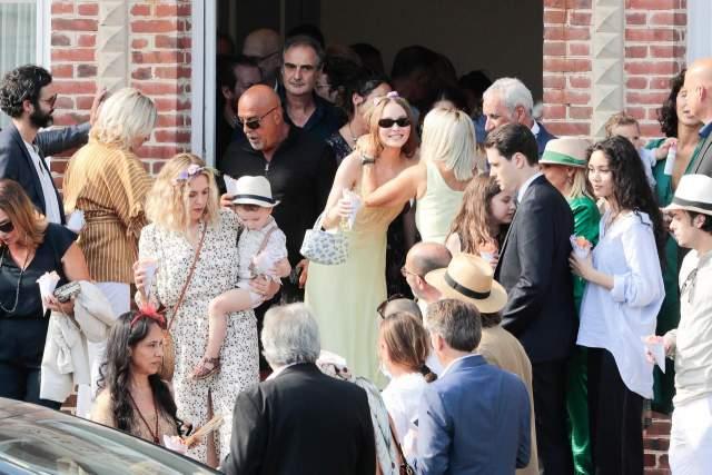 Скромная церемония прошла в ратуше городка Сен-Симеон. На бракосочетании было всего около 20 человек, в числе которых только самые близкие.