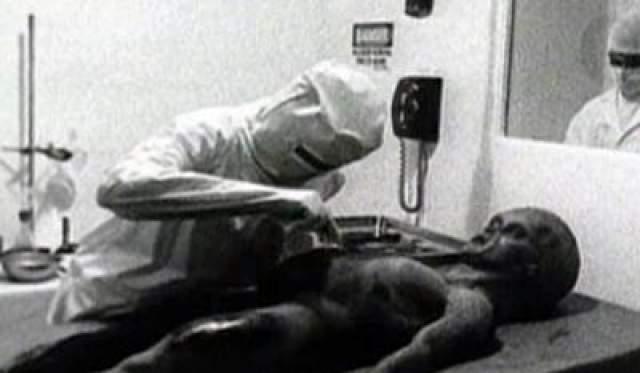 Пленка, на которой запечатлено вскрытие розуэлльского пришельца В 1995 году англичанин Рэй Сантилли обнародовал видео, на котором якобы запечатлено вскрытие инопланетянина, предположительно погибшего в Розвелле в 1947 году.