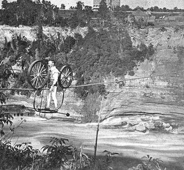 Профессор Дженкинс пересек Ниагарское ущелье 25 августа 1869 на велосипеде.