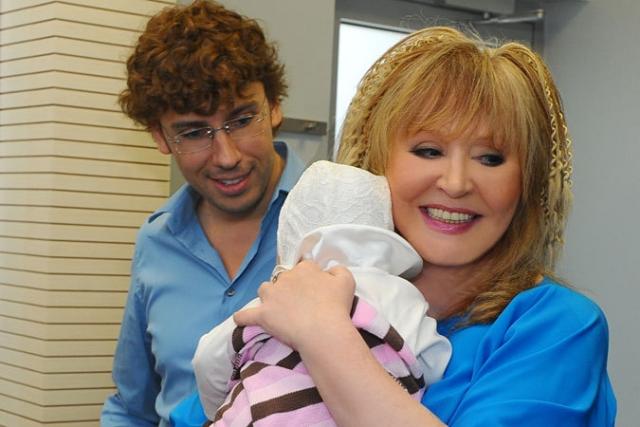 В 2013 году главная звездная пара страны с помощью услуг суррогатной матери обзавелась детьми — Гарри и Лизой.