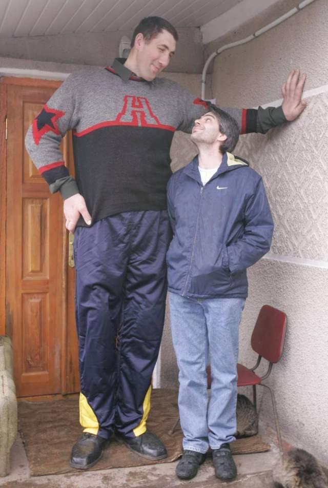 Аномально расти начал с 12 лет. Умер в 2014 году возрасте в 44 года из-за кровоизлияния в головной мозг. Последние годы великан передвигался только с опорой и имел большие проблемы с одеждой, которую приходилось шить на заказ. Женат не был.