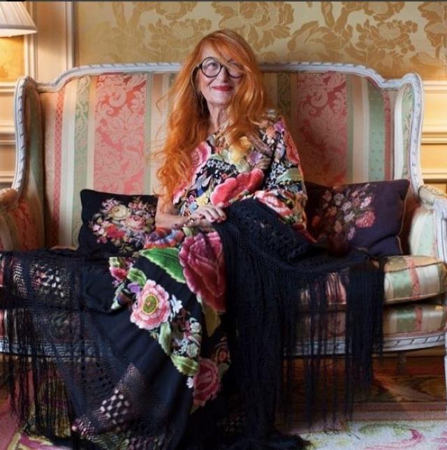Магда любит яркие цвета следит за модными тенденциями, а также вдохновляет других женщин в возрасте не забывать о себе,