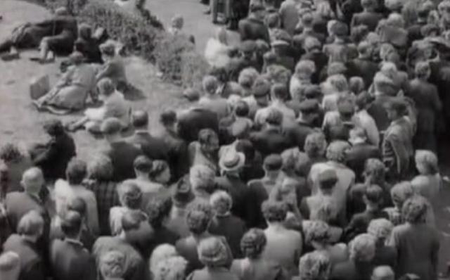 Толпа двинулась с завода к центру города, по ходу следования к рабочим стали присоединяться случайные люди, в том числе и женщины с детьми