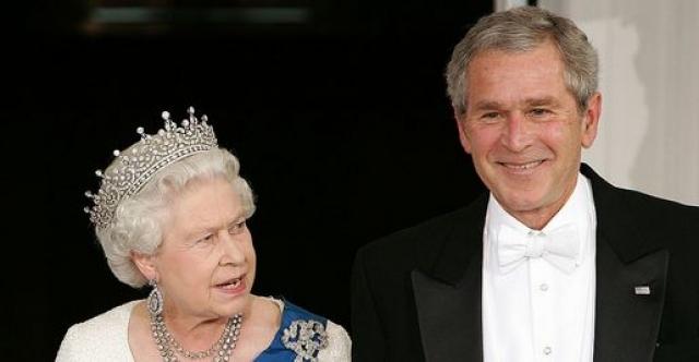 """Тут Буш осекся, заметив, что тогда еще 81-летняя королева бросила на него удивленный взгляд, и быстро поправился: """"В 1976 году"""" . Позже он сказал: """"Она посмотрела на меня так, как только мать может посмотреть на ребенка""""."""