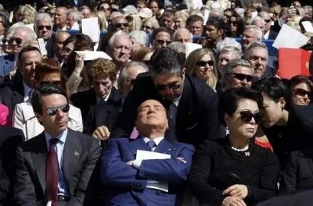 Итальянскому премьер-министру Сильвио Берлускони удалось попасть с гордо поднятой головой за спиной спикера итальянского Сената Ренато Шибани во время военного парада 2011 года в Риме, Италия
