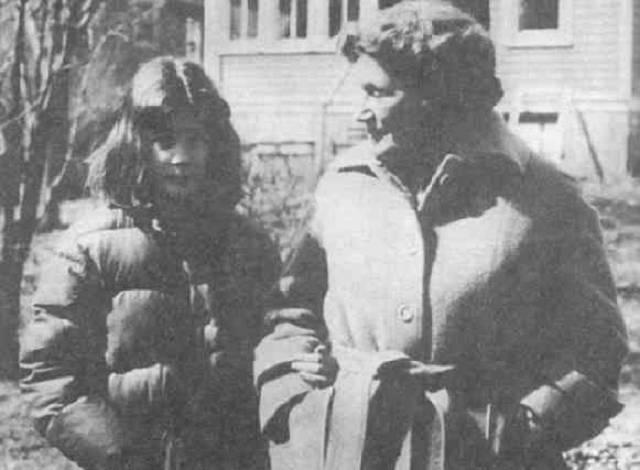 В конце ноября 1984 года Светлана появилась в Москве с дочерью, где ей незамедлительно восстановили советское гражданство. Но Аллилуева не смогла найти общий язык ни с сыном, ни с дочерью, которых она бросила в 1967 году. Ее отношения с советским правительством также ухудшались.