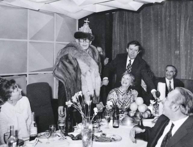 Празднование Нового года в Доме кино. В роли царя выступает Леонид Гайдай , за столом присутствуют Нина Гребешкова, Юрий Никулин, Владимир Этуш .