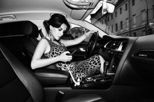 В ноябре 2006 имя Тины Канделаки не сходит со страниц газет в связи с аварией в Ницце с участием известного предпринимателя Сулеймана Керимова. Из-за постоянной неразберихи в комментариях Тины, ее мужа, жены Керимова - показания стали еще запутаннее. Сама девушка отрицает, что была в тот день в машине и утверждает, что все это время была дома, в Москве, и болела свинкой.