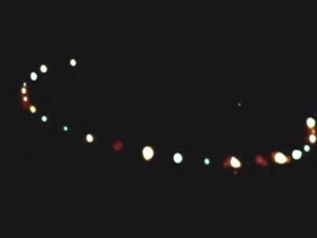 Уотербери, штат Коннектикут, 1987 год Пилот Рэнди Эттинг с 30-летним стажем работы прогуливался вечером неподалеку от своего дома, когда вдруг заметил на небе оранжевые и красные огни, приближавшиеся с запада. Рэнди немедленно позвал соседей и достал бинокль и фотоаппарат. К этому времени огни приблизились и пролетели над межштатной автомагистралью I-84. Моторы машин, находившихся в тот момент на I-84, заглохли. Эта встреча с НЛО была подтверждена многими свидетелями, включая соседей Эттинга и автомобилистов. Возможное объяснение: засекреченный эксперимент NASA или Пентагона.