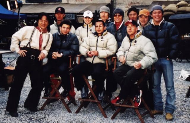 """Джеки работает исключительно только со своей командой каскадеров. Эту группу он организовал еще в 1985 году после съемок """"Полицейской истории"""": тогда многие работающие с ним каскадеры пострадали, и никто из них больше не желал работать с ним."""