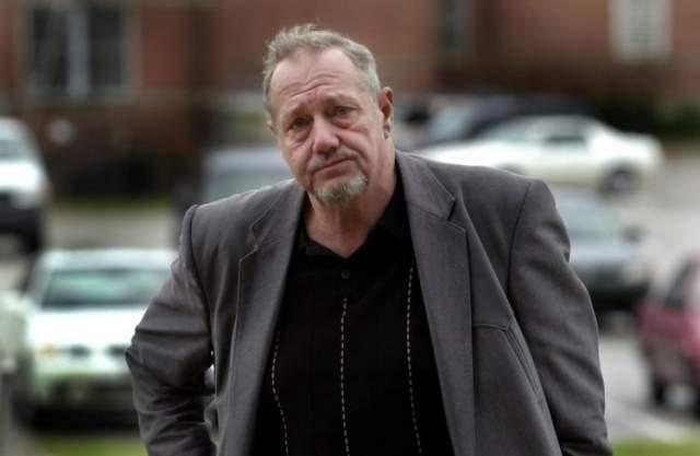 От Джексона ушла жена, а в 2003 году неподалеку от дома миллионера нашли труп бойфренда его внучки - парень скончался от передозировки наркотиков. Немного позднее по той же причине умерла и внучка, которой он еженедельно давал $2 100 на карманные расходы. Его дом сгорел.
