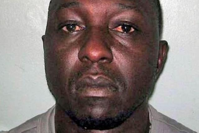 Полиция обнаружила Дэвида с ножом в руке у порога ванной комнаты. Тело Лайны лежало в ванне.