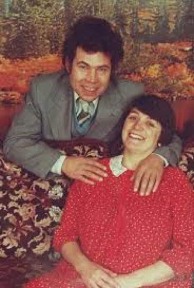 После этого он не раз насиловал и других своих дочерей и снимал это на камеру. В период с 1973 по 1987 год пара убила 9 человек, включая одну из собственных дочерей и несколько соседских детей. Их поймали только в 1994 году, когда полиция начала расследовать исчезновение одной из дочерей Уст, которую в последний раз видели в 1987 году. Фред признался в 10 убийствах, но позже ему приписали еще 11, когда полиция нашла останки на территории его дома. Розмари не призналась ни в одном, но ее обвинили в 10 убийствах. В 1995 году Фред повесился в тюрьме в ожидании слушания своего дела. Розмари в настоящее время отбывает пожизненный срок.