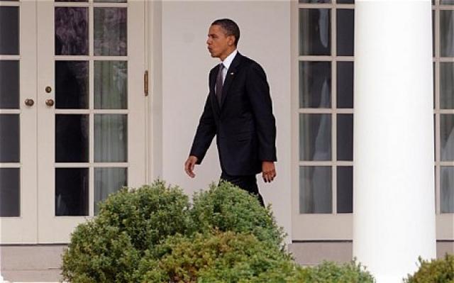 Зато его преследовали курьезные ситуации с дверями на протяжении 100 первых дней президентства. Привыкая к новой обстановке, президент, можно сказать, набил шишки в прямом смысле этого слова. Сначала Обама попытался войти в Белый дом через окно.