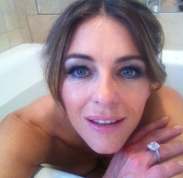 Элизабет Херли заскучала, принимая ванну и решила всмотреться в камеру.