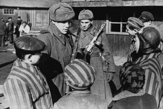 Советские солдаты общаются с детьми, освобожденными из Освенцима.