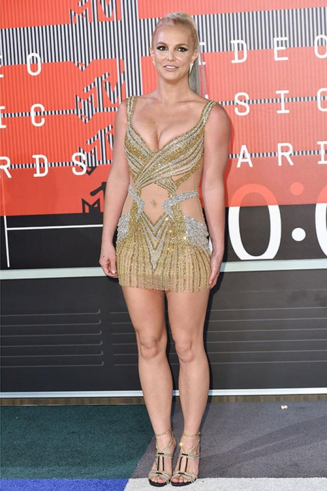 Бритни Спирс. Многие наряды певицы напоминают платья фигуристок, причем подобраны они на размер меньше положенного.