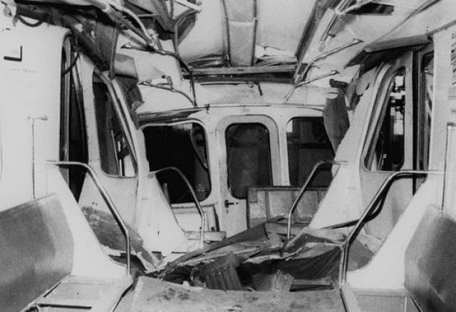 Последний вагон сошел с рельсов, началось задымление. Среди пассажиров началась паника, возникла давка. Серьезно пострадали три пассажира и машинист второго поезда, который был госпитализирован с черепно-мозговой травмой