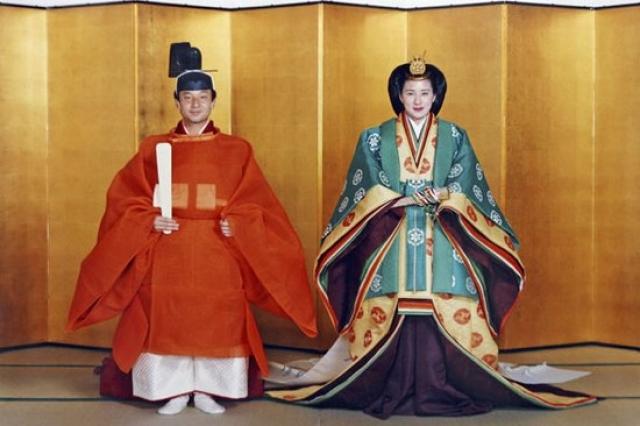 Тем не менее, благодаря настойчивости принца свадьба состоялась в синтоистском храме в присутствие 800 гостей. За телевизионной трансляцией церемонии следило около 500 миллионов человек.