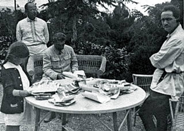 После этого Иосиф Виссарионович приезжал отдыхать на море. В Сочи для генсека было обустроено четыре дачи в самых лучших местах, а также, одна дача - на Холодной речке в Гаграх, четыре дачи в Абхазии и несколько в Грузии.