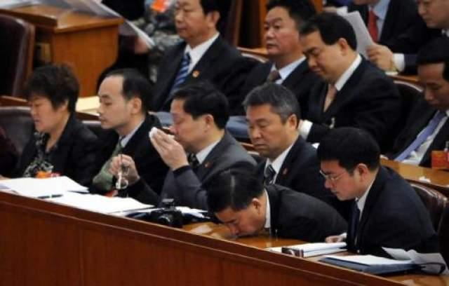 Китайские чиновники так много трудятся на благо народа, что совсем выбиваются из сил. На заседании Всекитайского собрания народных представителей один из депутатов заснул, нежно положив подбородок на стол.