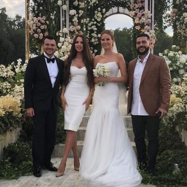 Пышное торжество проходило в подмосковном гольф-клубе, который принадлежит семье жениха, а на свадьбу Эмина и Алены были приглашены все звезды российского шоу-бизнеса.