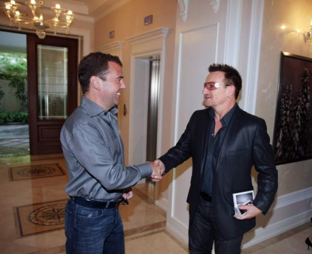 """Боно (U2) : """"Что я знаю о России? Не думайте, что я начну говорить про медведей и водку. Я прекрасно знаю, что Россия из себя представляет, и я знаком с русской культурой. Кстати, моя жена Элисон вместе с нашими дочками ходила на балет """"Спящая красавица"""" у вас в Москве. Я считаю, что Россия – это такая же полноценная часть Европы, как и все остальные, даже несмотря на то, что большая ее часть находится в Азии""""."""