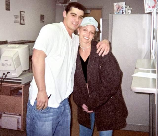 Бритни Спирс и Джейсон Александр. Певица вышла замуж за друга детства в 2004 году в Лас-Вегасе.