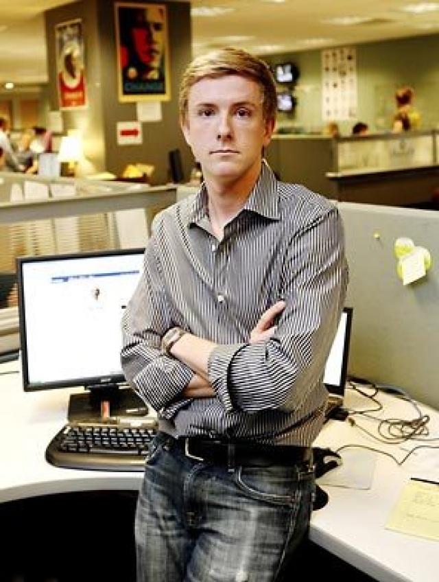 Крис Хьюз, чтобы помочь в продвижении сайта.