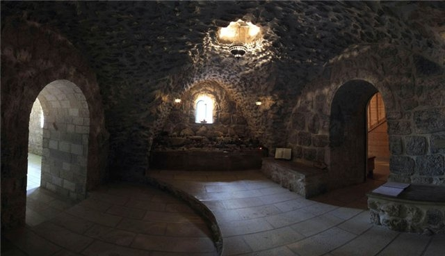 В подземном дворце аристократа было все необходимое для его весьма комфортной жизни: большой зал с камином, столовая, огромная библиотека, бильярдная и ряд других помещений. Это подземное царство постоянно росло и совершенствовалось, прокладывались новые тоннели, их общая протяженность составила около 15 миль.