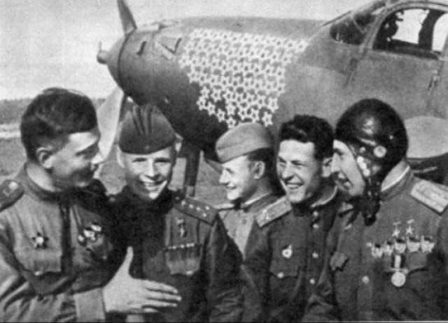 Зато в мирной жизни подружились семьи летчиков: они жили в соседних подъездах одного дома.